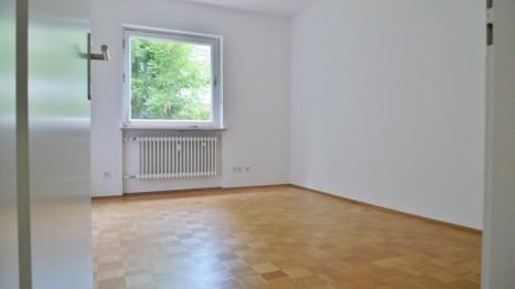Schlafzimmer mit großen Fenstern in einer Münchner 5 Zimmer Wohnung