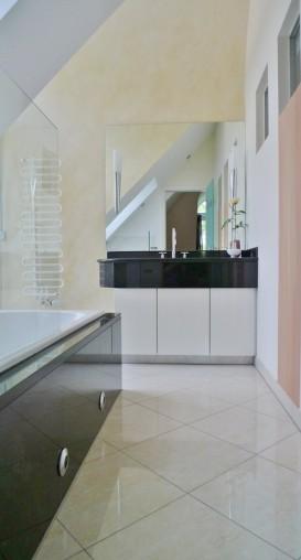 Frisch renoviertes Badezimmer in 2-Zimmer Dachgeschoss Wohnung