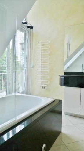 Tageslicht Badezimmer in schöner 2 Ziimmer Dachgeschoss Wohnung