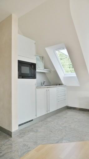 Moderne Einbauküche in 2 Zimmer Dachgeschoss Wohnung
