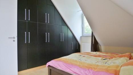 Schlafzimmer mit Einbauschrank in 2-Zimmer Wohnung unter dem Dach
