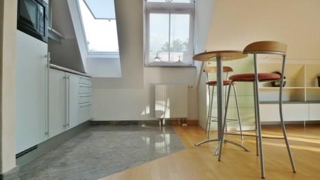 Essbereich des offenen Wohn-Ess-Zimmers einer 2 Zimmer Dachgeschoss Wohnung