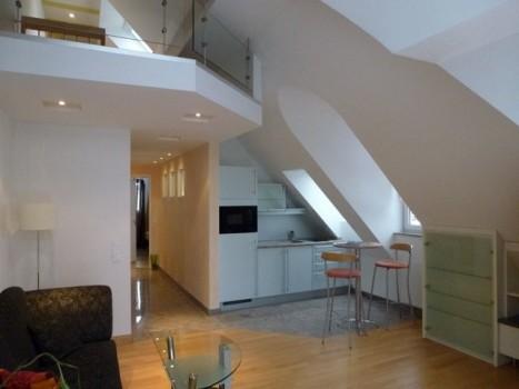Offenes Wohn-Esszimmer mit Galarie in 2 Zimmer Dachgeschoss Wohnung