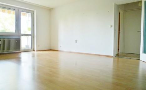 Lichtdurchflutetes Wohnzimmer in einer 3-Zimmer Wohnung in München
