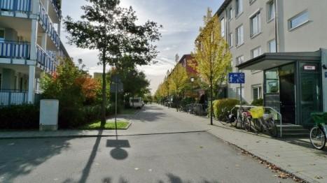 Straße vor für Senioren geeigneten Wohnungen